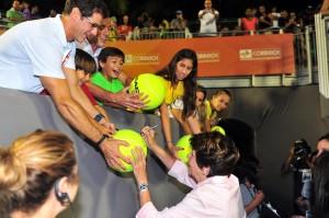 Maria Bueno signs autographs