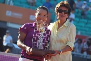 Maria Bueno presents the trophy